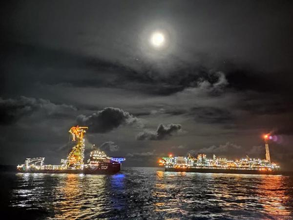 Tess - Offshore Nachtsaufnahme